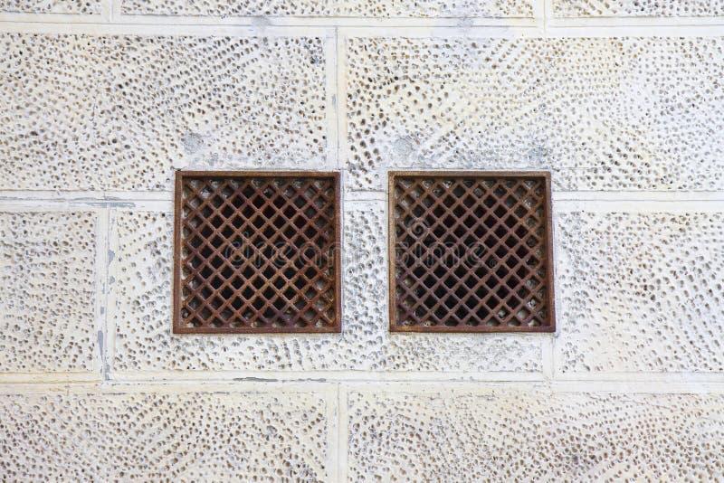 Grils de ventilation de fonte contre un mur de pl?tre image libre de droits