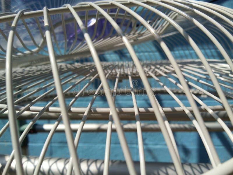 Grils mis de fan sous la lumière du soleil pour le séchage images stock
