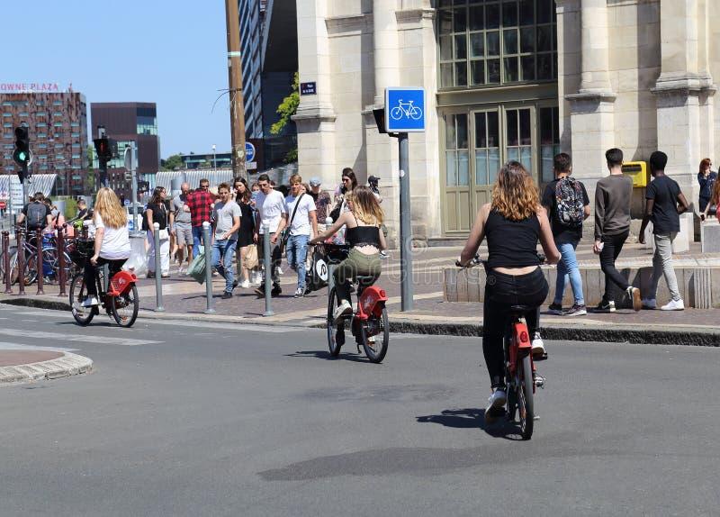 Grils sur les vélos loués dans les Frances photos stock
