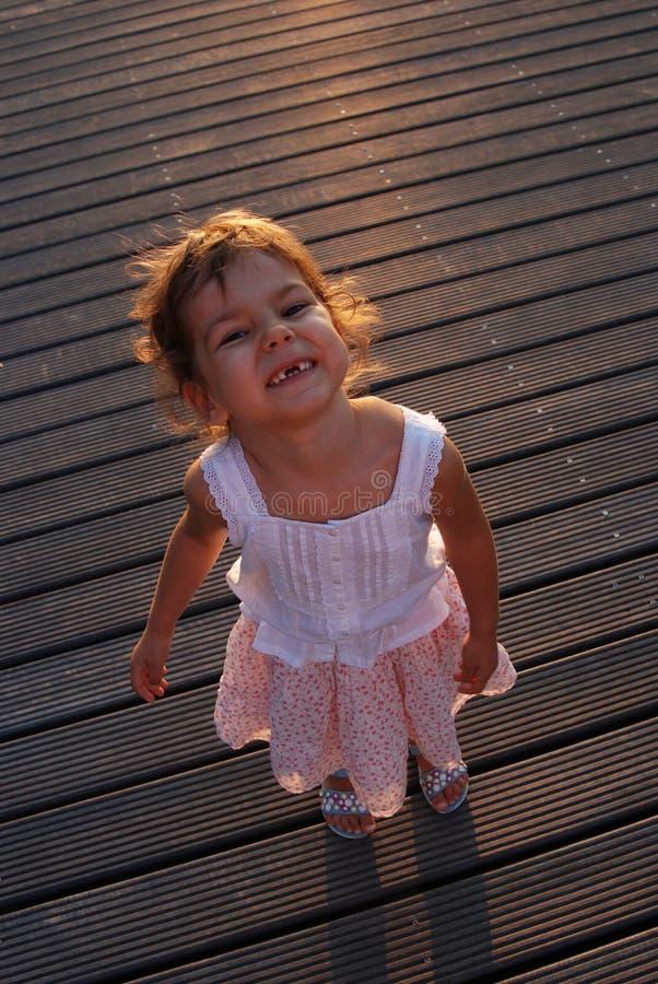 Grimacerie de la fille mignonne   photographie stock