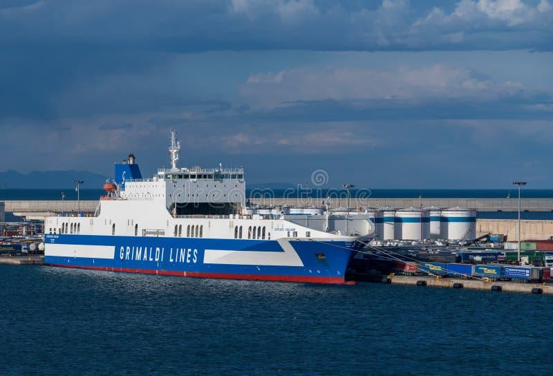 Grimaldi выравнивает паром для Сардинии в гавани Валенсии стоковое изображение