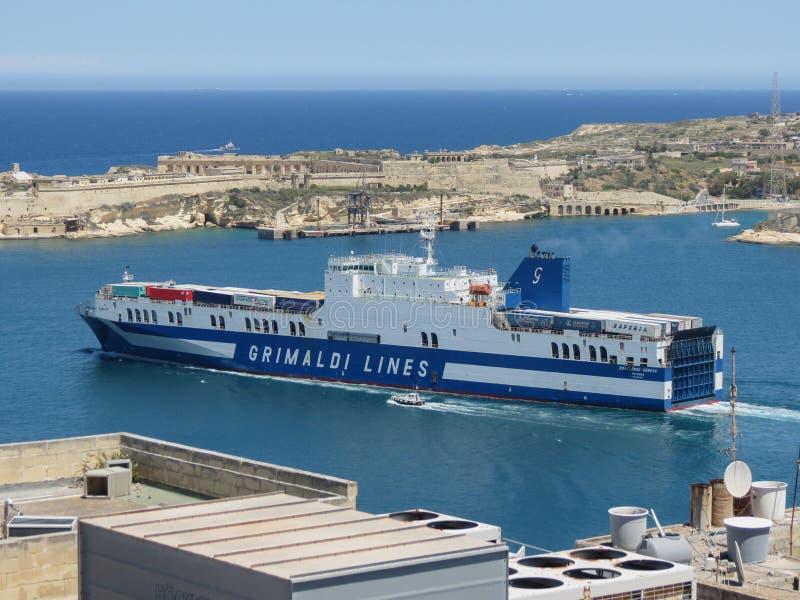 Grimaldi linjer lastfartyg som lämnar hamnen av Valletta arkivbilder
