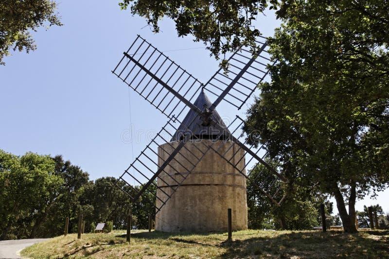 Grimaud, o moinho de vento de Roch do século XVII de Saint, Provence, França imagens de stock royalty free