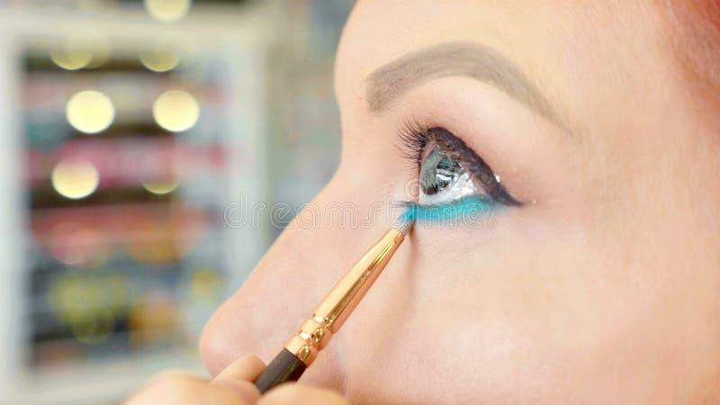 Grimeur die make-up toepassen om het oog van ` te modelleren s Sluit omhoog mening royalty-vrije stock afbeeldingen