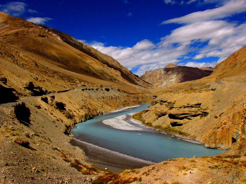 Grimmig landschap met rivier in Ladakh, India stock afbeeldingen