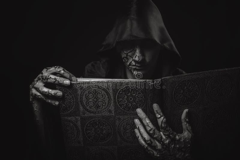 Grimoir scuro del negromante immagini stock libere da diritti