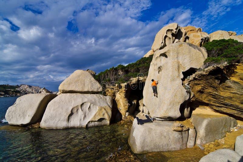 Grimpeur bouldering en Sardaigne photographie stock