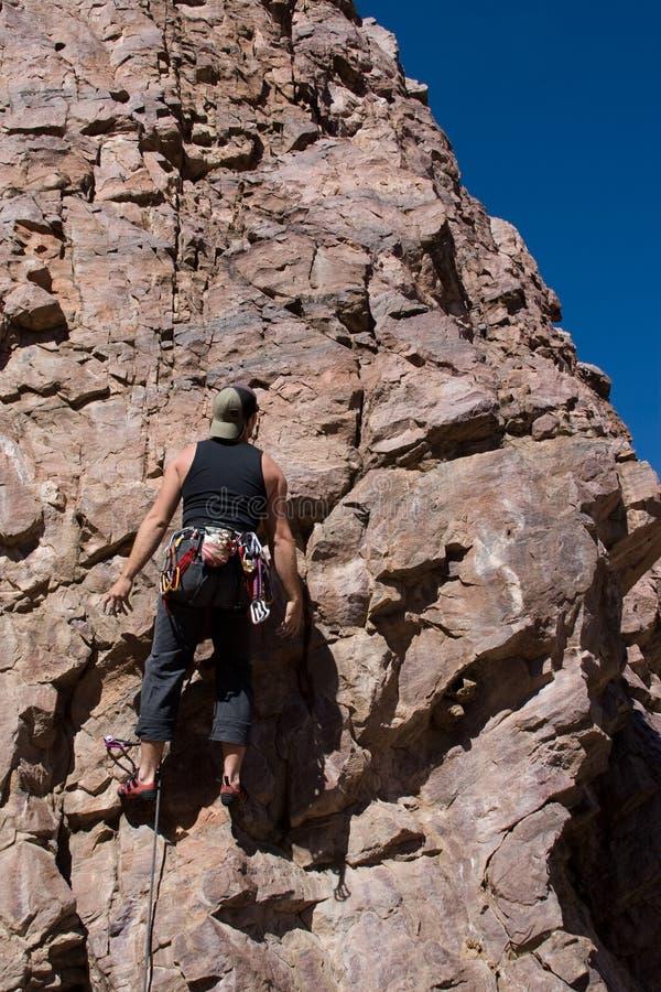 Grimpeur coincé vers le haut du mur de roche photos libres de droits
