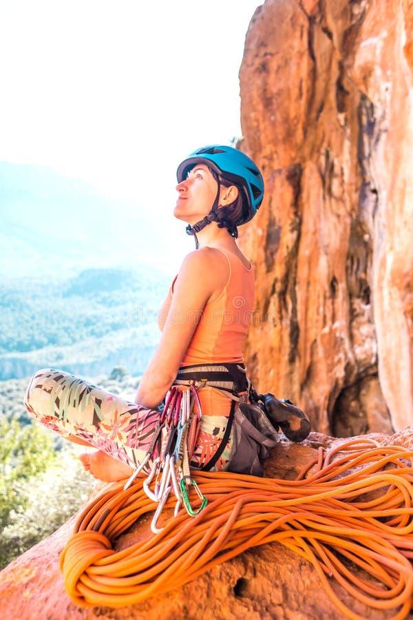 Grimpeur dans un casque sur le fond de belles montagnes image libre de droits