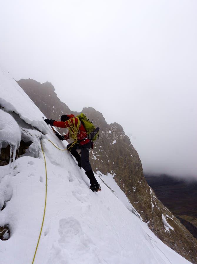 Grimpeur de montagne masculin sur une montée raide dans les Andes au Pérou photo stock