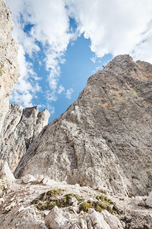 Grimpeur de montagne rappelling en bas de la falaise image stock