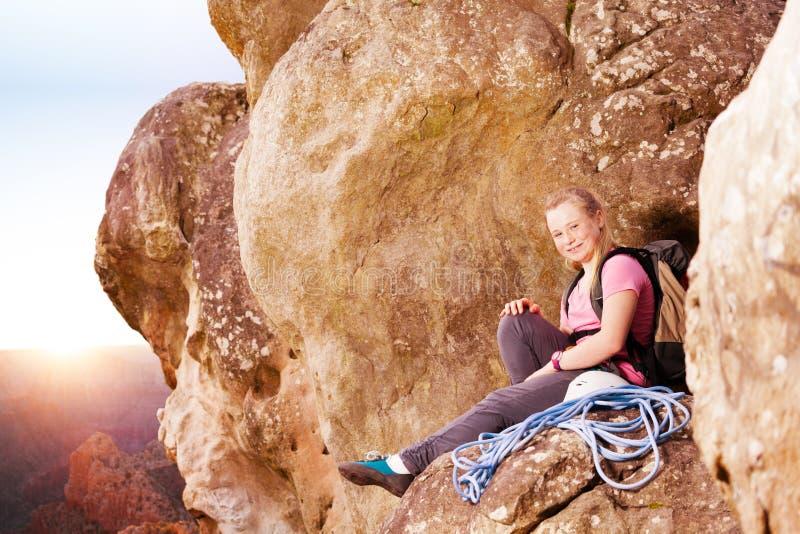 Grimpeur de roche appréciant la vue sur la montagne images stock