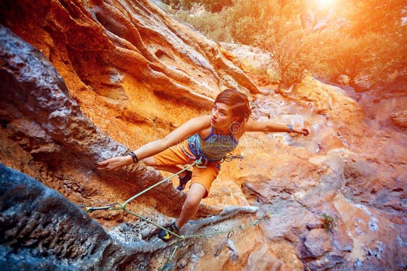 Grimpeur de roche escaladant une falaise photo stock