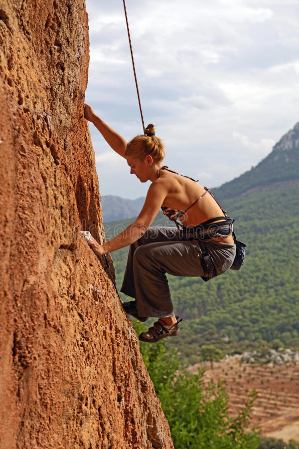 Grimpeur de roche féminin photographie stock libre de droits