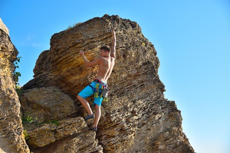 Grimpeur de roche masculin photo libre de droits