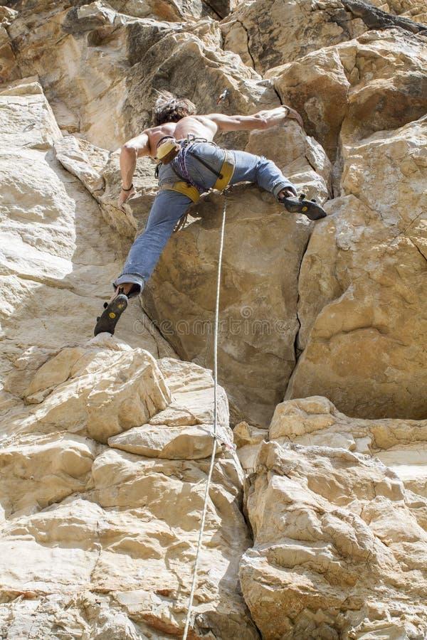 Grimpeur de roche prenant le mur photos libres de droits