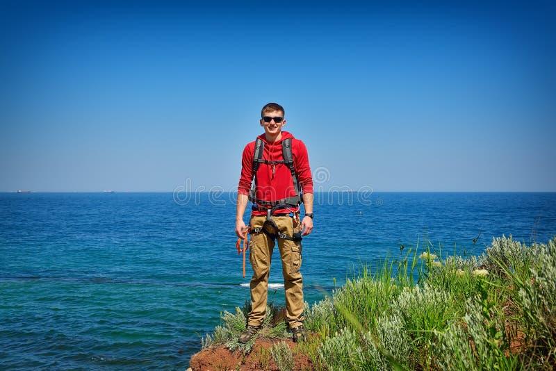 Grimpeur de roche s'attachant à une falaise photos libres de droits