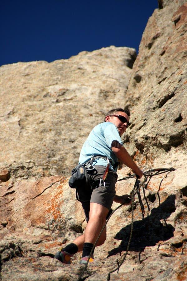 Grimpeur de roche sur la falaise photo libre de droits