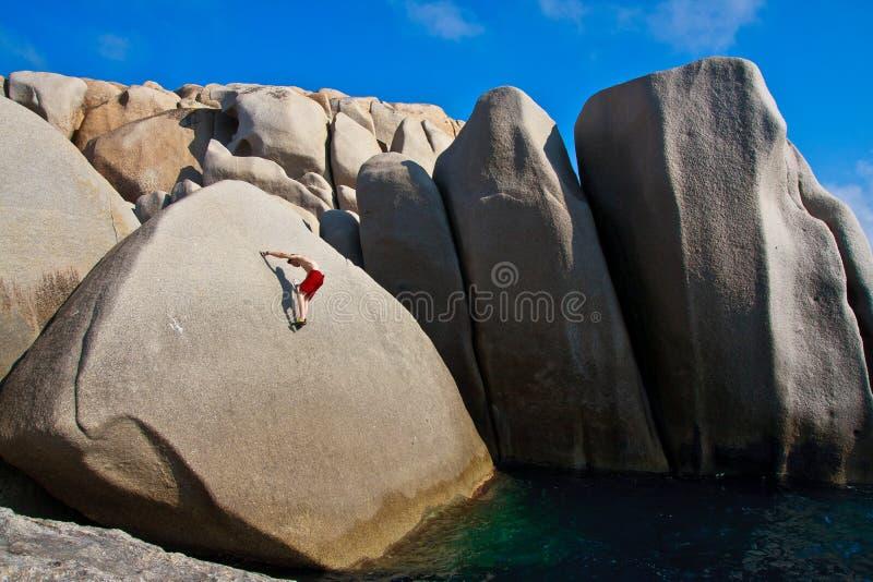 Grimpeur libre au-dessus de l'eau photographie stock