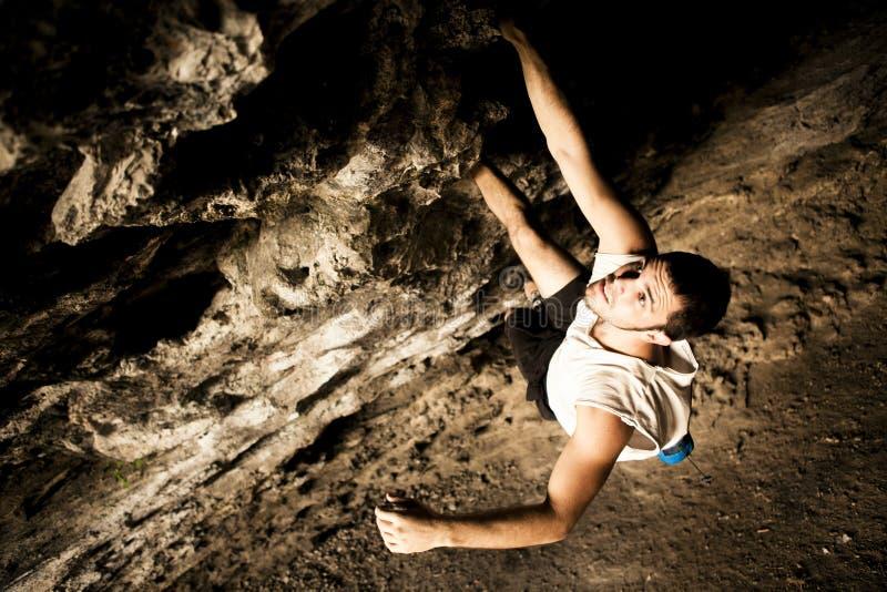 Grimpeur mâle sur la caverne images libres de droits