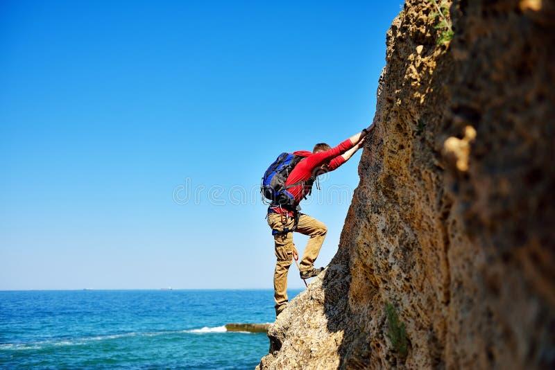 Grimpeur s'élevant sur la montagne photographie stock