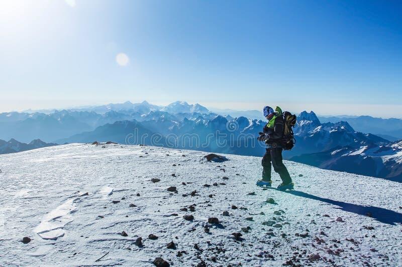 Grimpeur sur le dessus de montagne d'Elbrus photo stock