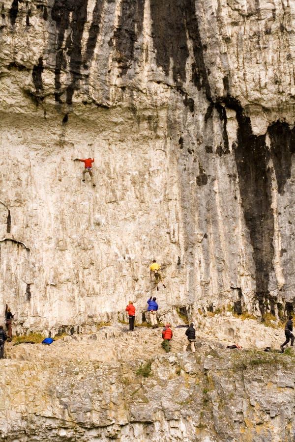 Grimpeurs à la crique de Malham dans les vallées de Yorkshire images libres de droits