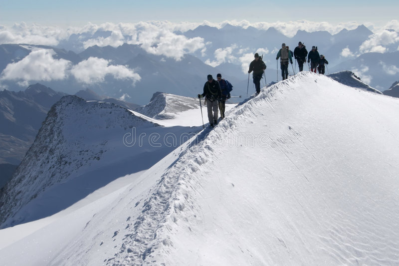 Grimpeurs dans les montagnes images stock