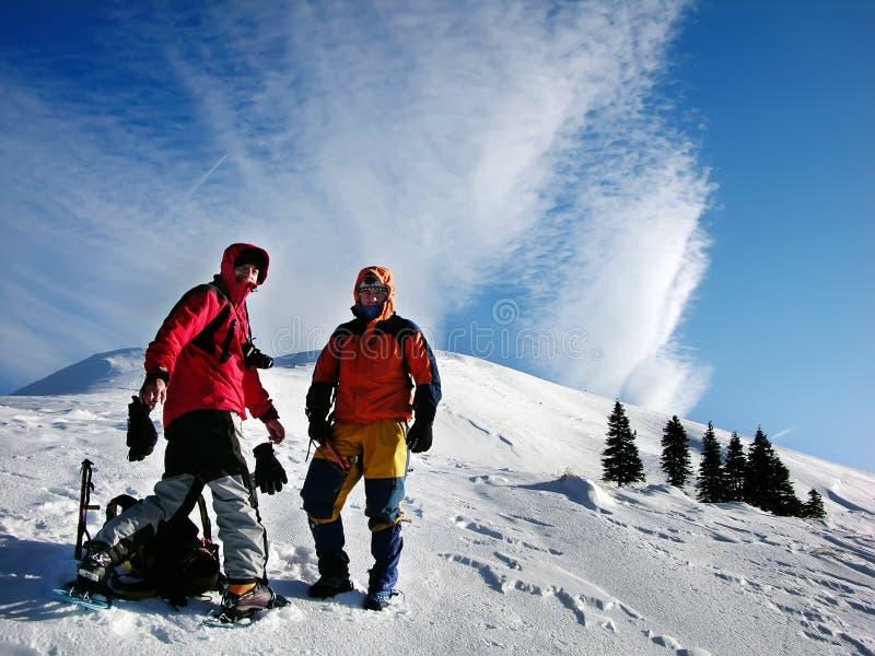 Grimpeurs de l'hiver dans carpathien photographie stock libre de droits
