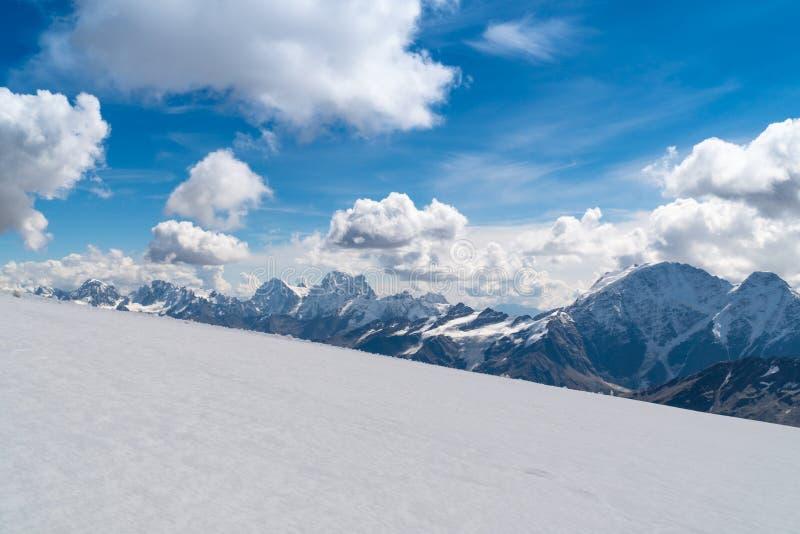 Grimpeurs descendant la pente de neige photo libre de droits
