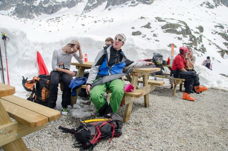 Grimpeurs et freeriders aux montagnes françaises d'Alpes Massif de Mont Blanc, Aiguille du Midi Chamonix photos stock