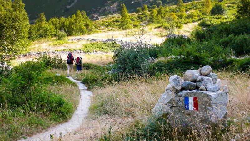 Grimpeurs et randonneurs de montagne sur une traînée dans les Alpes français photos stock
