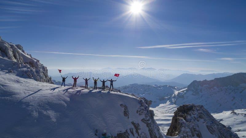 Grimpeurs sur la crête de montagne photo libre de droits