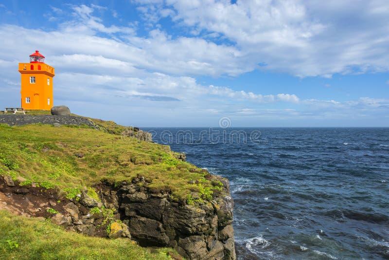 以Grimsey海岛附近的冰岛为代价的橙色灯塔, 图库摄影