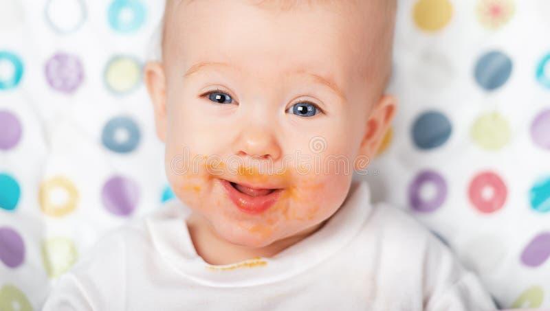 Grimy sujo comer engraçado do bebê imagem de stock