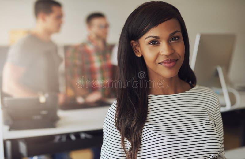 Grina den härliga kvinnliga företagsägaren royaltyfria foton