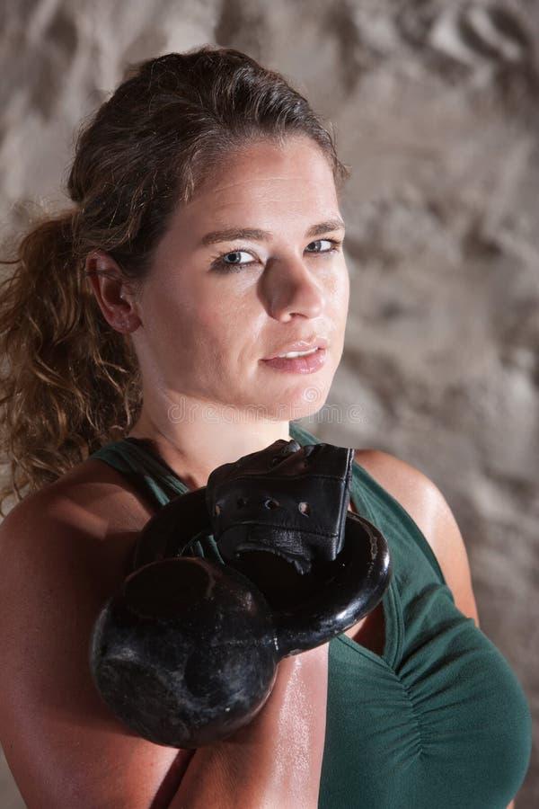 Download Grina KvinnaHolding Kettlebell Fotografering för Bildbyråer - Bild av athirst, gulligt: 27278195