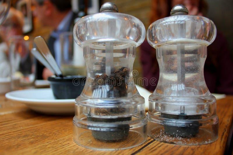 Grinadores de sal y pepino fotografía de archivo