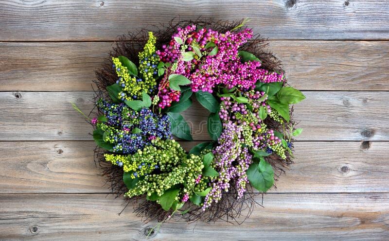 Grinalda artificial colorida feita das flores e das folhas no vintage fotografia de stock royalty free