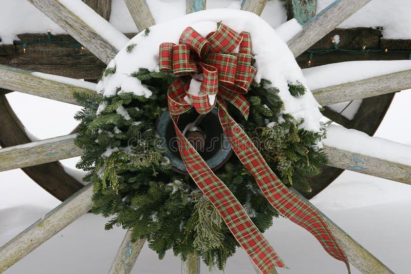 Grinalda de Wagaonwheel com neve imagens de stock