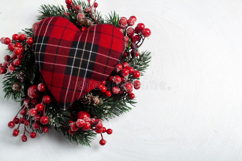 Grinalda decorativa do Natal de ramos do azevinho, da hera, do visco, do cedro e da folha do leyland com as bagas vermelhas sobre imagem de stock