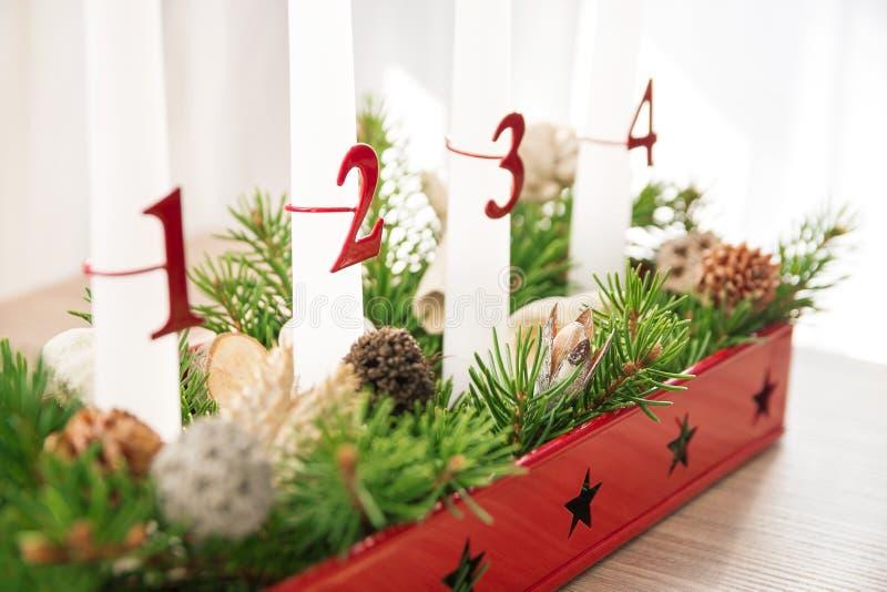 Grinalda do advento do Natal na tabela, segundo advento no foco foto de stock royalty free