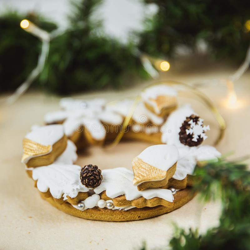 Grinalda do Natal com cookies E Árvore de Natal decorada com luzes foto de stock royalty free