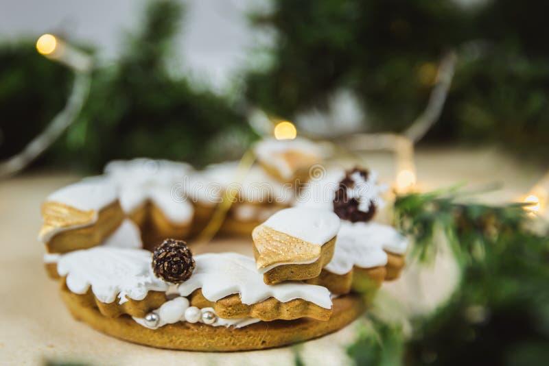 Grinalda do Natal com cookies E Árvore de Natal decorada com luzes foto de stock