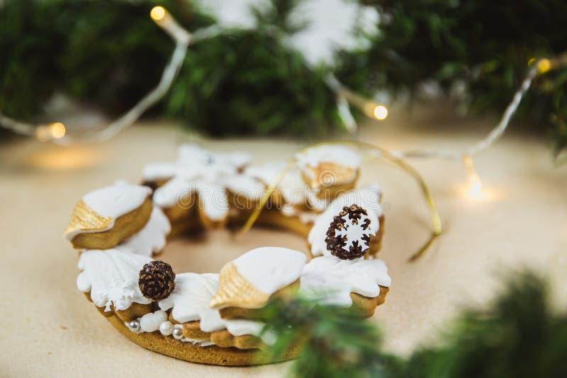 Grinalda do Natal com cookies E Árvore de Natal decorada com luzes imagens de stock royalty free