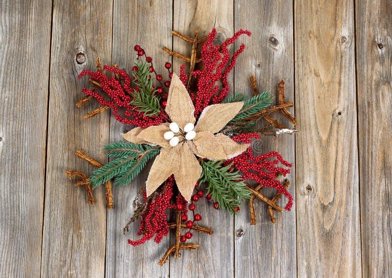 Grinalda do Natal com a flor de pano em placas de madeira rústicas fotografia de stock