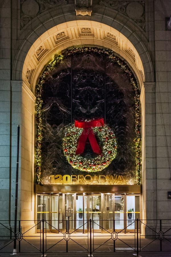 Grinalda do Natal em Broadway imagens de stock