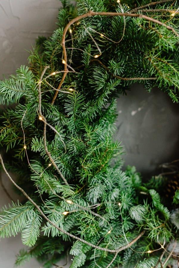 Grinalda do Natal em uma porta fotos de stock royalty free