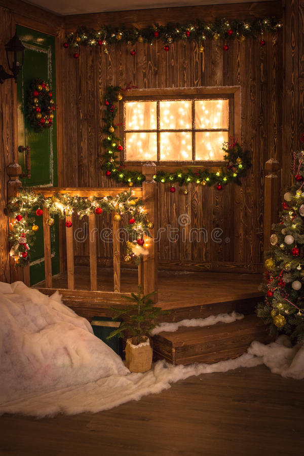 A grinalda do Natal na porta verde, uma janela decorou o CCB de madeira de w imagem de stock