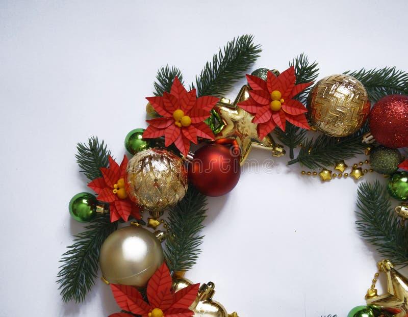Grinalda do Natal no fundo branco, bandeira com ramos do abeto e bolas Vista de acima As cores são ouro, vermelho, verde e branco fotos de stock royalty free